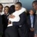 Obama...llegó a Kenia se fundió en un abarazo con su hermanastra