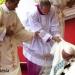Papa Francisco...resbaló..cayó..se levantó y continuo la misa