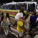 Río...atacan autobus de periodistas...hieren a dos policías