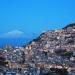 Italia...Agira ciudad siciliana vigilada por el imponente Etna