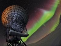 Spitsbergen..aurora boreal brilla sobre radares de la estación EISCAT