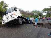 Oaxaca..socavón gigante en carretera Pinotepa-El Corralero