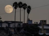 Luna escarchada ayer y el 21 última lluvia de estrellas del mes.