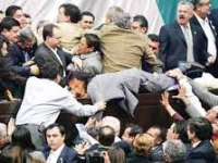 Diputados del PRI y Morena se agarran a golpes en Congreso de Hidalgo