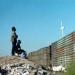 Migrantes...estadounidenses levantan dique a lo largo del río Tijuana