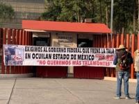 Manifestantes protestan afuera de la Cámara de Diputados