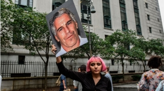 Escándalo Epstein se extiende a Francia; recogen 10 testimonios